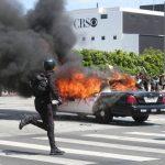 示威失控 火燒警車 四處塗鴉