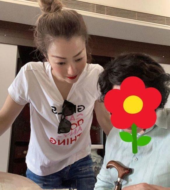 鄭秀文買豪宅孝親 陪媽媽練字