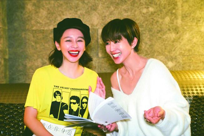 徐若瑄(左)、張鈞甯在戲裡飾演姐妹,戲外也會聊天到凌晨3點。(圖:頤東娛樂提供)