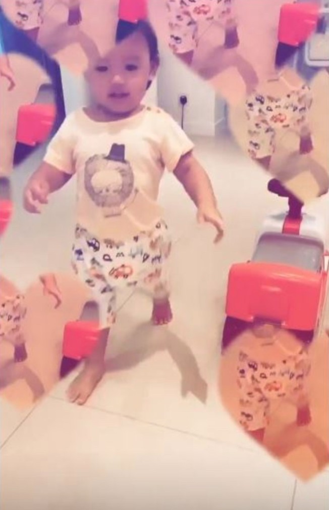 張柏芝的小兒子髮色為黑色。(取材自微博)