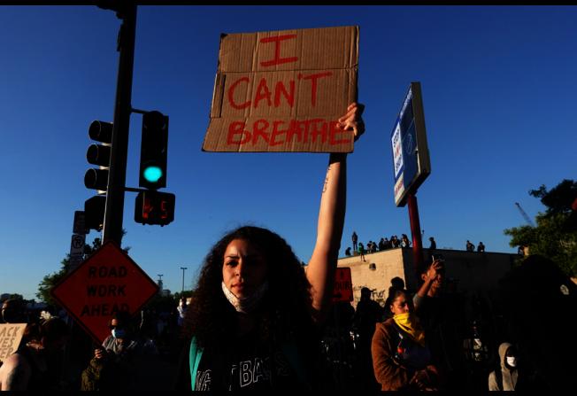 46歲非裔男子喬治佛洛伊德遭白人警察執法過當致死,引起大批民眾上街示威抗議。(Getty Images)