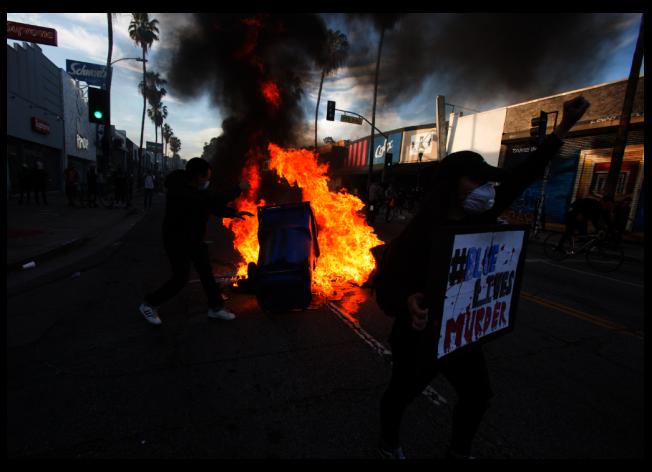 46歲非裔男子喬治佛洛伊德遭白人警察執法過當致死,引起大批民眾上街示威抗議。(美聯社)