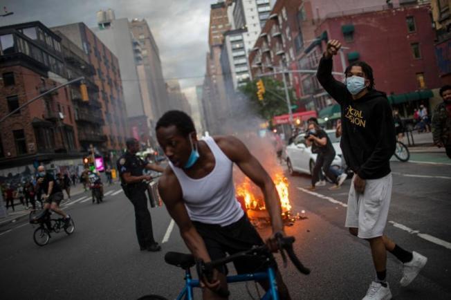 紐約市近日頻繁發生大規模集會活動,抗議非洲裔男子佛洛伊德遭白人警察沙文膝蓋壓頸致死案。(美聯社)