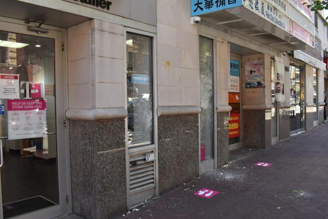 位於勿街106號的T-mobile店門玻璃遭打破。(記者顏嘉瑩/攝影)