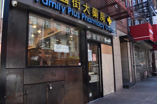 勿街102號中國街大藥房的玻璃也遭示威者打破,業者在31日用釘上臨時木板。(記者顏嘉瑩/攝影)