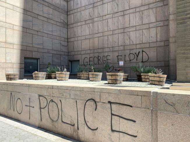 曼哈頓拘留所門口被塗鴉「不要更多警察」。(讀者提供)