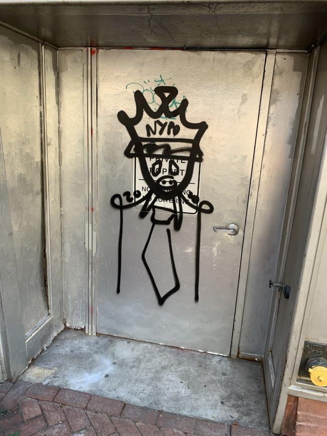 喜士打街出現詆毀警察塗鴉。(讀者提供)