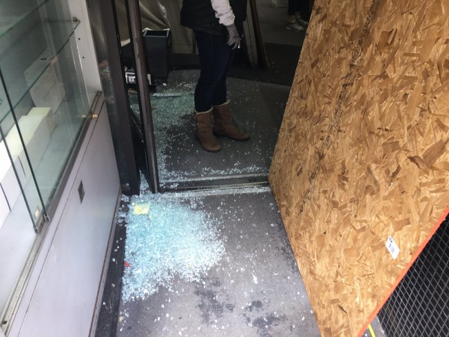 在都板街上的珠寶店門口被砸。(記者李晗 / 攝影)