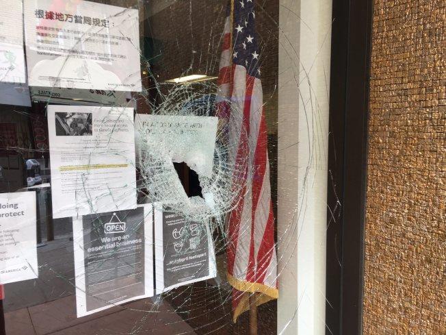 都板街上的美國銀行被砸。(記者李晗 / 攝影)
