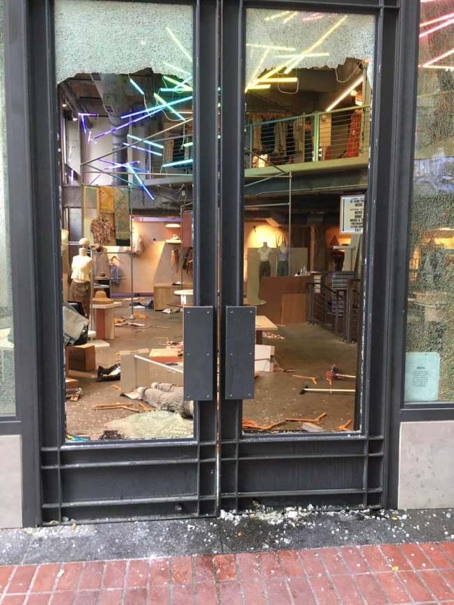 服飾店被砸被搶。(記者李晗 / 攝影)