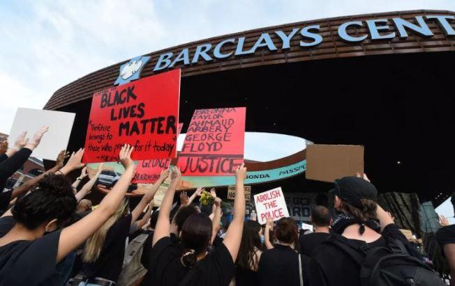 籃網隊及女子職業籃球紐約自由隊31日發表聲明,表示支持種族正義行動。圖為上周五聚集抗議的群眾。(Getty Images)