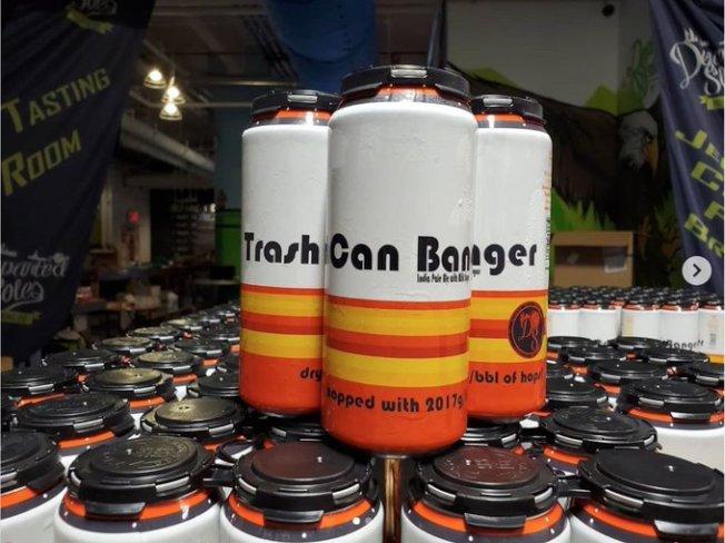新澤西一家釀酒廠推出叫做「垃圾桶敲擊者」的啤酒,以太空人球衣配色搭配,嘲諷太空人在比賽中作弊。(取材自Homer McFanboy推特)
