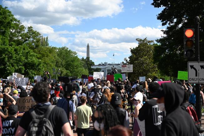 非裔男子佛洛伊德之死引發暴動。圖為民眾聚集在白宮外面抗議。路透