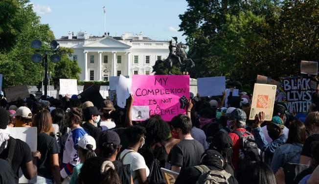 全美連續第六天多州抗議,示威群眾31日持續在白宮前抗議,華府警力森嚴,嚴陣以待。(美聯社)