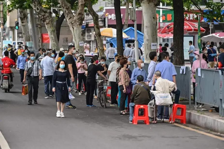 新冠肺炎疫情發源地中國武漢市展開大規模篩檢之際,部分聚集在當地檢測中心的民眾表示,他們擔心大規模篩檢會讓自己暴露於感染病毒的風險中。Getty Images