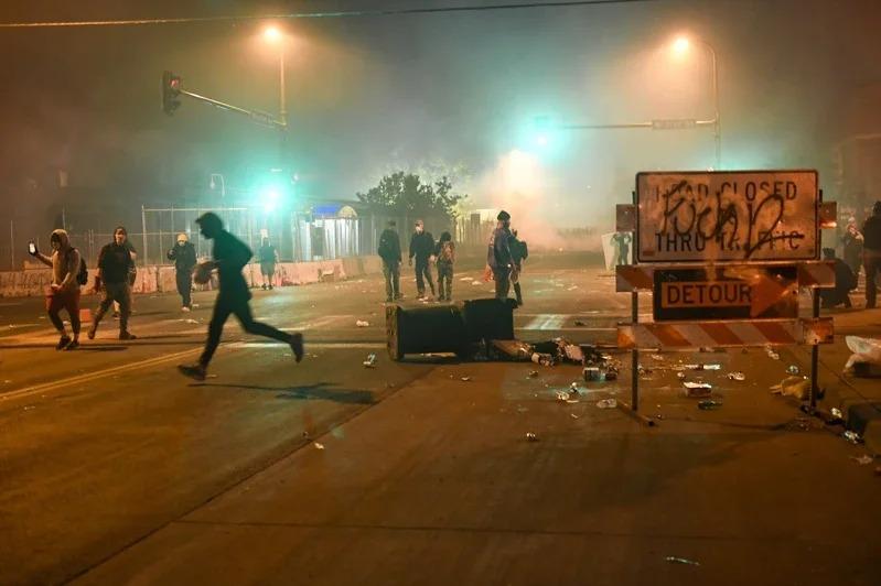 美國明尼蘇達州非裔男子佛洛伊德遭白人警察壓頸致死案,從在地示威擴大成全美暴動。 歐新社