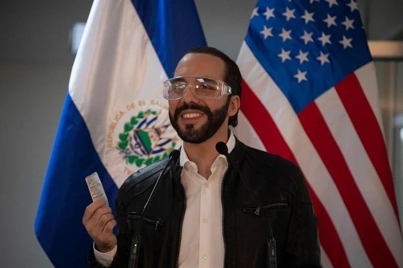 薩爾瓦多總統布格雷展示他正在服用的奎寧藥錠。Getty Images