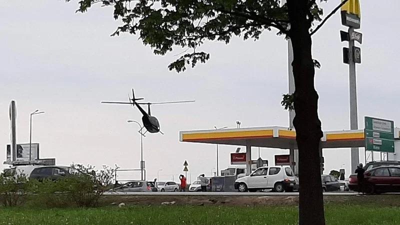 波蘭加爾沃林日前一架民用直升機直接降落在加油站,把油箱加滿後飛走,過程被目擊者用手機拍下,引發媒體與網友熱議。取材自臉書