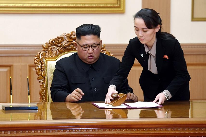 金正恩(左)2018年在板門店簽署共同宣言,胞妹金與正(右)隨侍在旁。(美聯社)