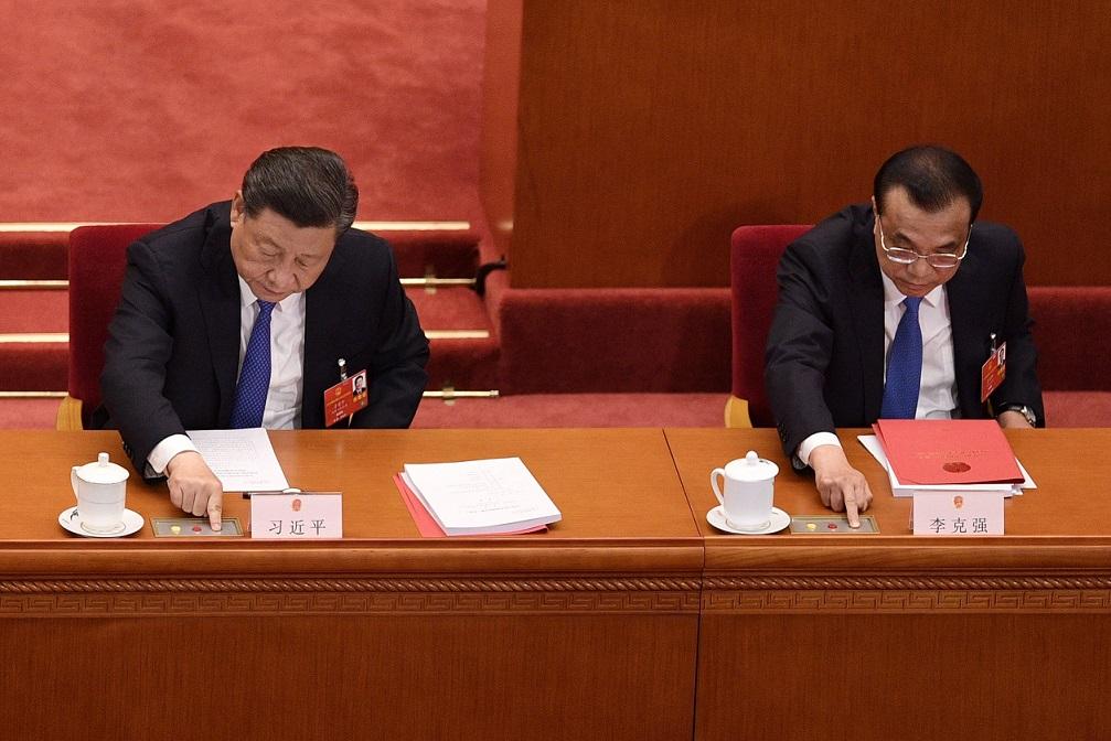 習近平(左)與李克強(右)28日在「港版國安法」表決現場按下贊成鈕。(Getty Images)
