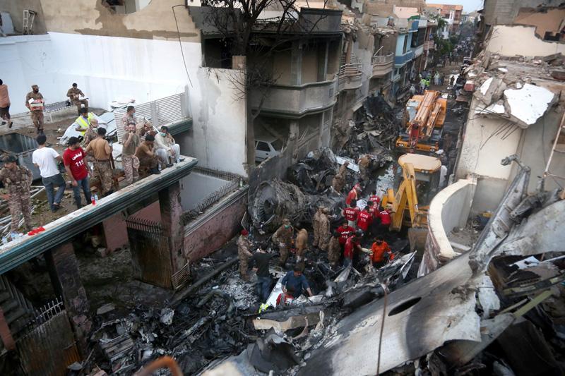 巴基斯坦國際航空一架載著近百人的客機今天墜入喀拉蚩市的住宅區,目前已尋獲40餘具罹難者遺體,除機上人員喪生外,事故還造成一些地面民眾死亡。美聯社