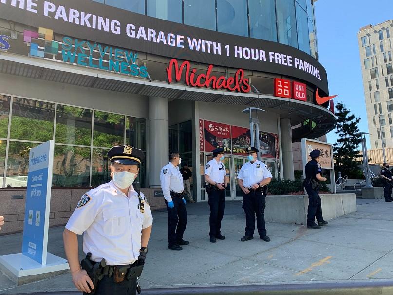 鄰近網傳示威時間,警方開始架設圍欄,預防潛在示威人潮。(記者賴蕙榆/攝影)