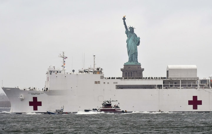 世界新聞網帶你通過5組互動圖表,觀察紐約新冠疫情。圖為海軍醫療艦「安慰號」開離紐約。(Getty Images)