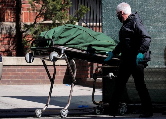 圖為今年4月疫情高峰期,醫院內可見醫務人員正在處理新冠病患的屍體。路透