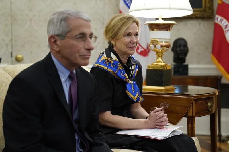 柏克斯(右)29日呼籲地方當局擴大檢測範圍,圖為今年4月29日她跟佛奇在白宮參加防疫會議情形。美聯社