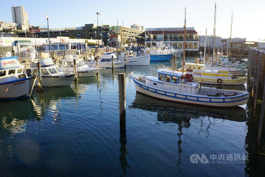 封城防疫期間,美國一些民眾出國度假的計畫只好取消而改買遊艇,因此受到疫情影響舊金山當地的遊艇交易相當熱絡。圖為舊金山碼頭有許多遊艇停泊。中央社