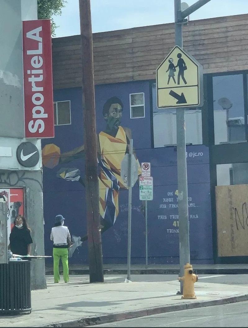 洛杉磯街頭處處可見柯比壁畫。取材自推特