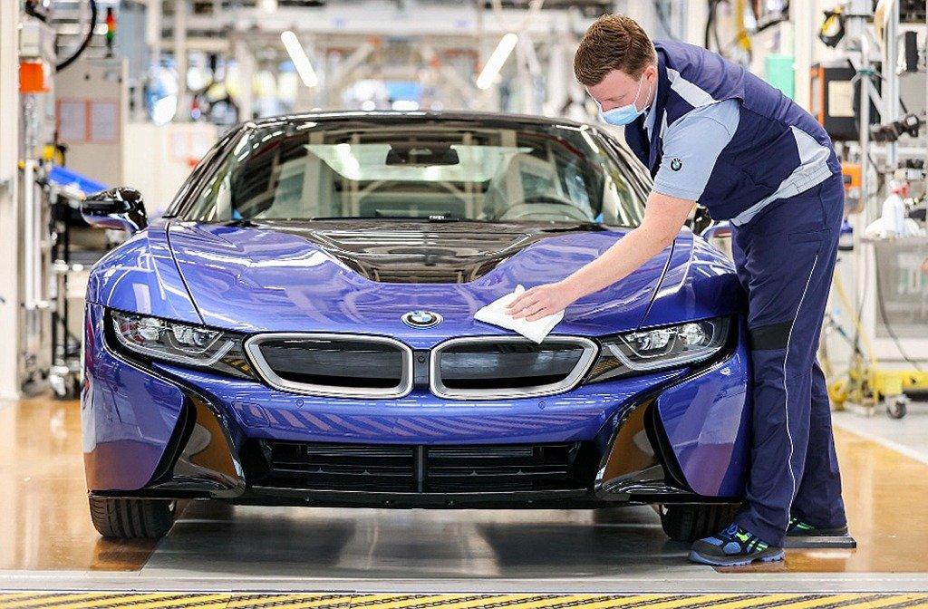 工廠經理Hans-Peter Kemser表示:BMW i8約6年的生命週期中共製造20,500輛,對BMW集團而言是一個重要的時代演進。BMW提供