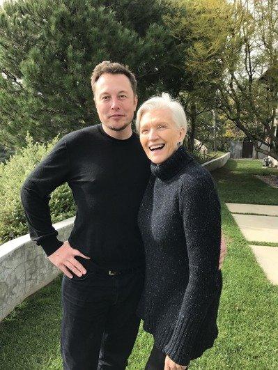 梅伊和大兒子伊隆。(圖:Maye Musk提供)