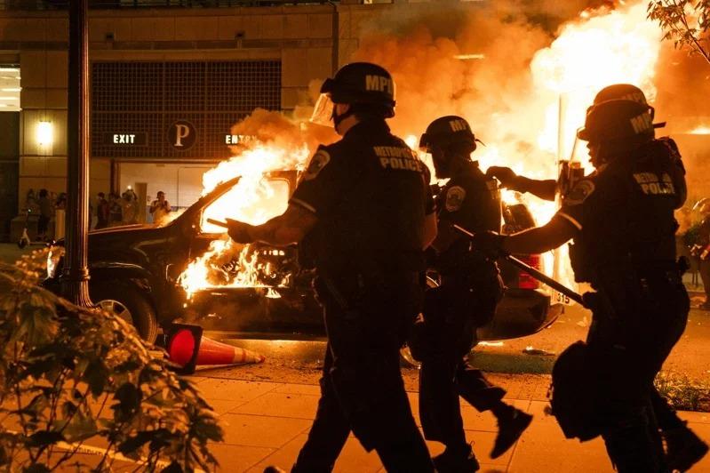 美國非裔男子佛洛伊德遭警員壓頸致死,引發各州暴力抗議活動。圖/歐新社