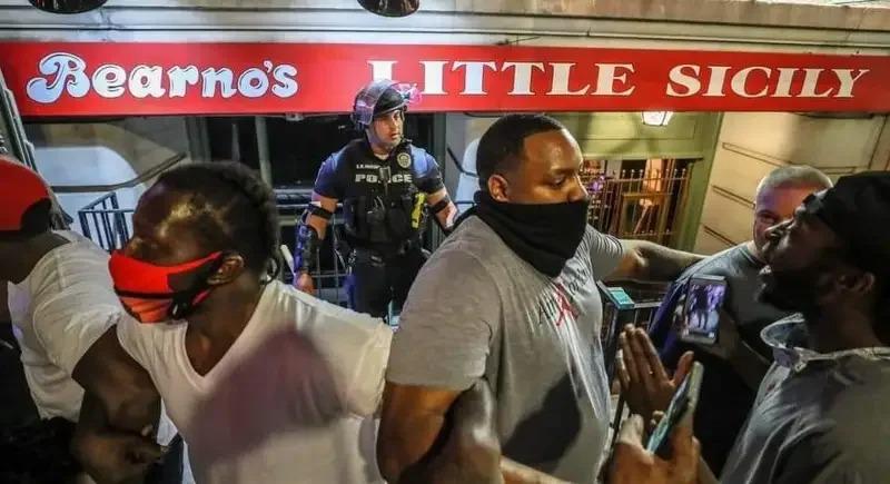 近日一名警察在示威場合中落單,黑人民眾擔心他的安全,就手拉手的保護白人警察,讓不少網友看到後紛紛讚揚。取材自推特