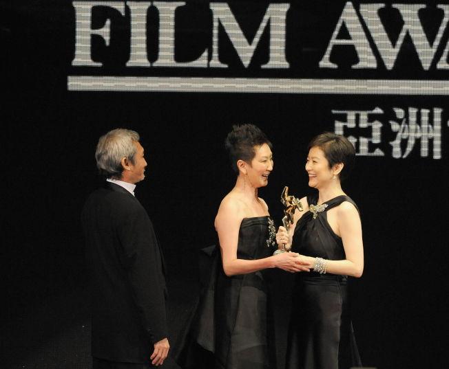 2009年3月23日,第三屆亞洲電影大獎頒獎,林青霞(右)為徐克(左)和施南生(中)頒發「亞洲電影傑出貢獻獎」。(新華社)