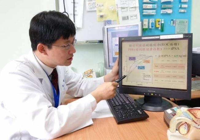 台北榮總員山分院泌尿外科主任蔣智宏說明,比起傳統的攝護腺特定抗原(PSA),攝護腺健康指數(PHI)的確診率較高。(記者戴永華/攝影)