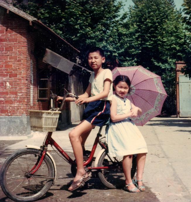 一九八四年夏,兄妹倆在宿舍院裡。