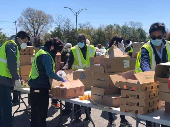 納蘇郡亞裔事務所動員華人協會志願者們,向多家醫院及需要的團體捐獻大批醫療用品。