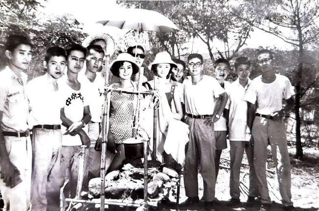 作者(左三)參加「救國團」露營活動,在金山海水浴場與明星張美瑤、馬之秦合照。