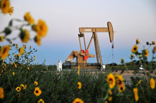 西德州原油5月漲88%,漲幅單月最大。(路透)