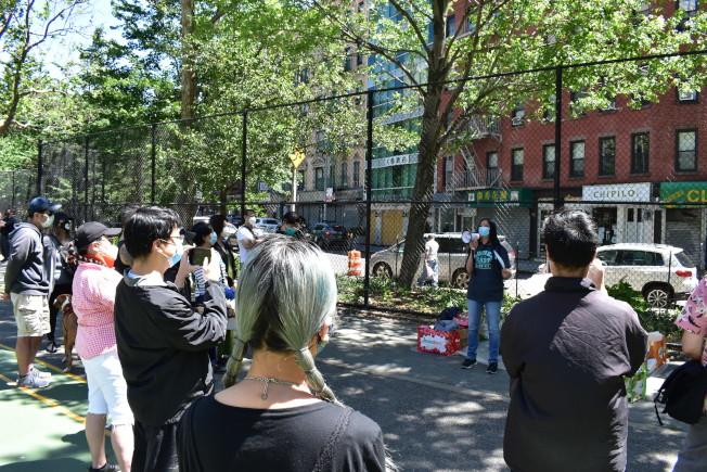 約30名志願者參加貼海報的宣傳活動。(記者顏嘉瑩/攝影)