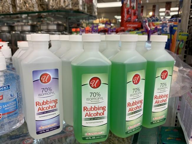 疫情間同時顧及荷包及安全,民眾可購買70%酒精分裝使用。(記者賴蕙榆/攝影)
