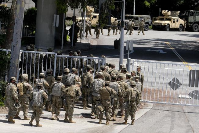 為因應洛杉磯抗議變洗劫,國民兵31日進駐洛杉磯縣市。(美聯社)