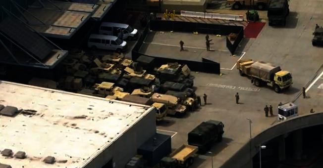 洛杉磯會展中心結集的加州國民兵軍車。(KTLA電視台)