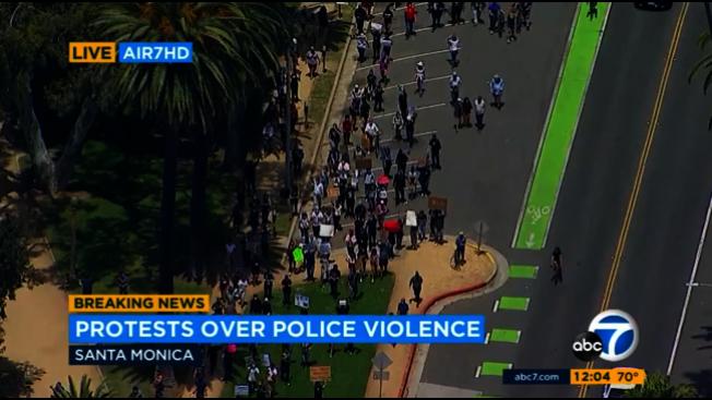 有劫掠者混入遊行隊伍,打破和平遊行。(ABC電視台)