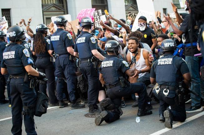 紐約市曼哈頓,市警與示威者對峙,態勢緊張。(美聯社)