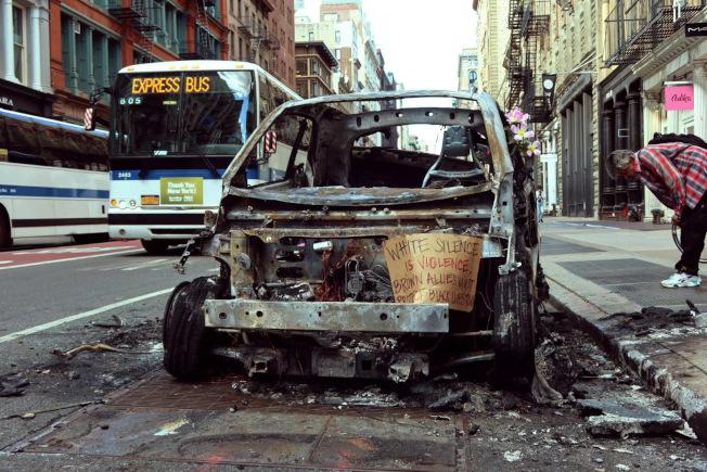 曼哈頓下城的一輛警車被示威者燒毀。(記者張晨/攝影)