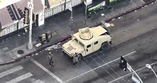南加暴力示威頻頻,當局不得不以宵禁應對。圖為加州國民兵軍車開進城,維護治安。(取材自KTLA)