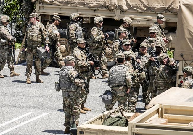 為了因應洛杉磯抗議變洗劫,國民兵31日進駐洛杉磯市和洛杉磯縣境內。(美聯社)